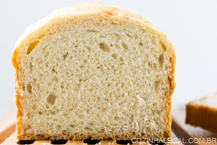 This is the classic recipe for homemade sandwich bread, and it's so easy to make! The bread is incredibly high, soft and fluffy. The perfect bread recipe. | cozinhalegal.com.br